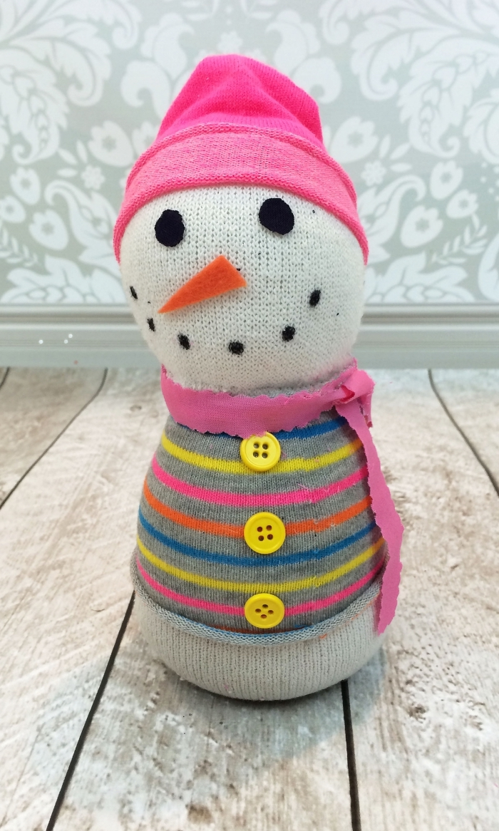 comment faire un bonhomme, figurine Olaf blanche au gilet rayé avec bonnet et écharpe rose