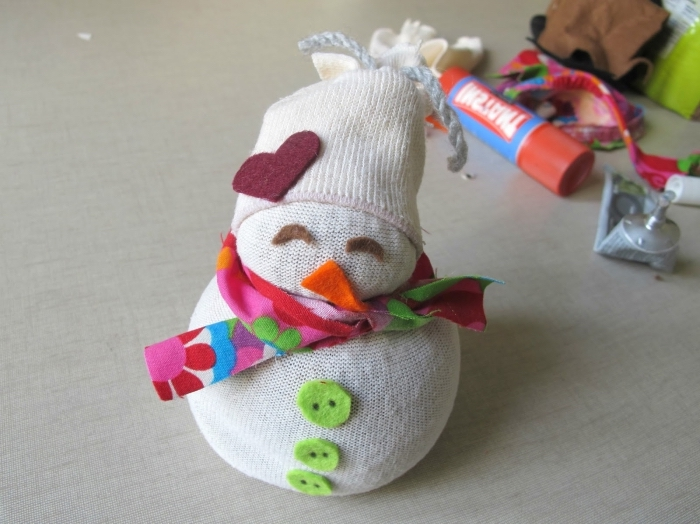 comment faire un bonhomme de neige, petite figurine blanche avec écharpe rose et boutons verts