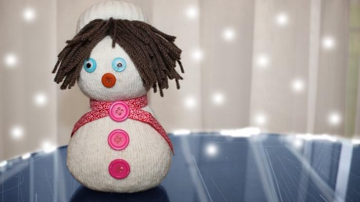 activité manuelle bonhomme de neige, idée créative pour les enfants, réaliser une figurine blanche avec cheveux marron