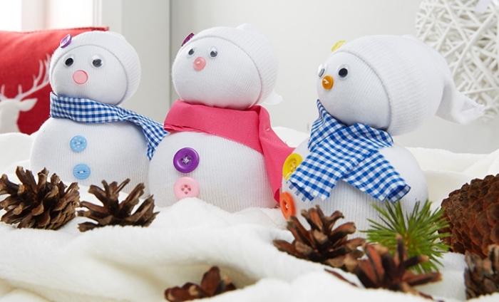 comment faire un bonhomme de neige, déco de Noël avec petite figurine diy et pommes de pin