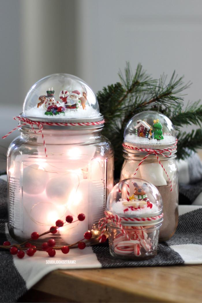 jolies décorations de noël à faire soi-même pour orner un centre de table festif, bonbonnières en verre transformées en boules à neige originales