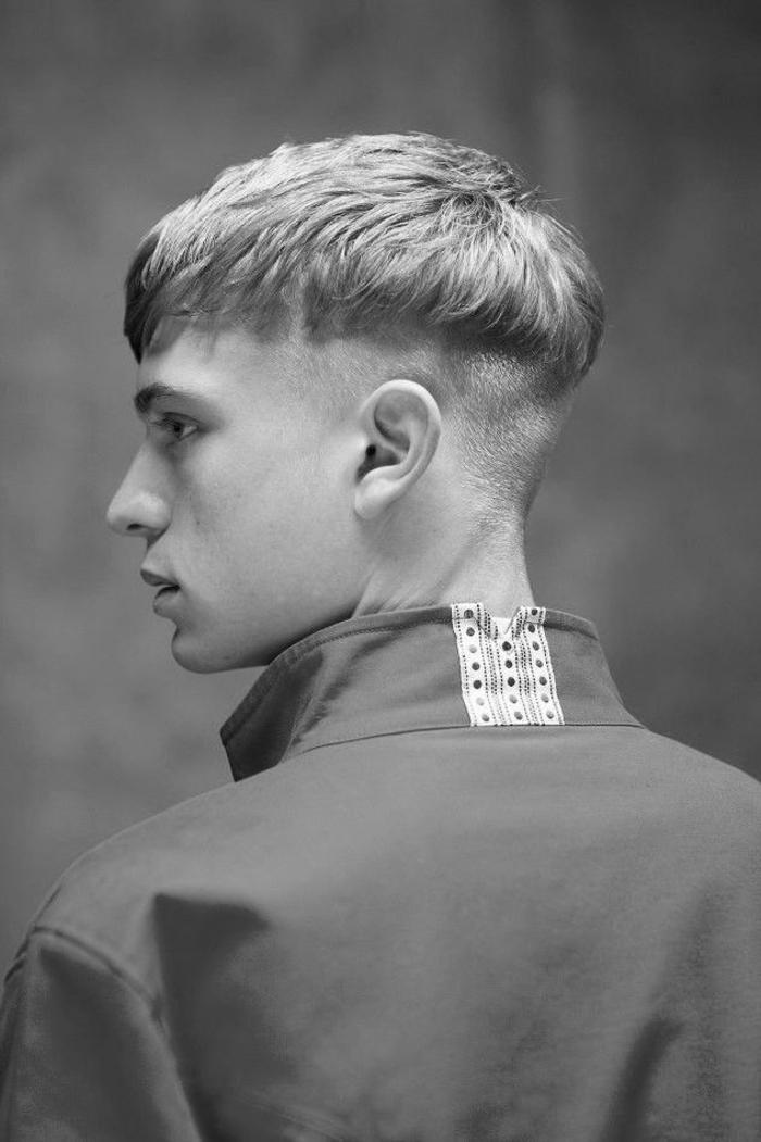 style de coiffure originale avec une coupe homme rasé coté à la démarcation nette qui rappelle à la coupe boule