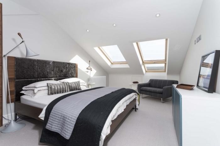 deco chambre parentale en blanc avec fenêtres de plafond et éclairage led, transformation grenier en chambre à coucher