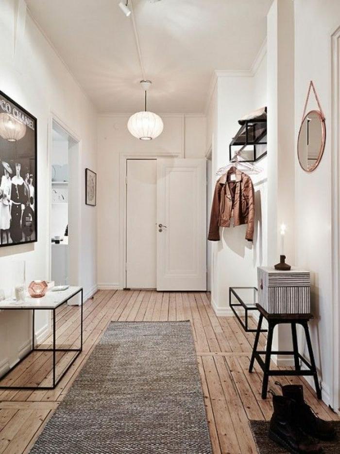 decoration couloir gris et blanc, tapis rectangulaire en gris, meubles en métal et en bois noir, plafond tout blanc, grande photo en noir et blanc rétro au cadre noir