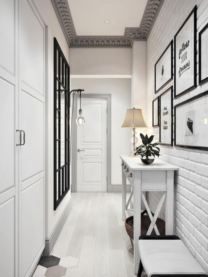 idée entrée en noir et blanc avec carrelage du sol avec des motifs géométriques ruches en blanc, noir et gris, mur en briques blanches