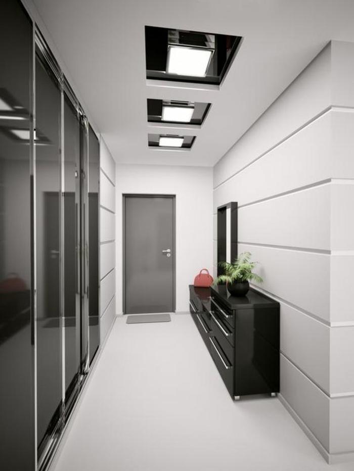 decoration couloir long et etroit en noir et blanc avec des surfaces brillantes, plafonniers en noir et blanc en forme carrée, meuble d'entrée noir surface lisse et brillante, sol en blanc lisse
