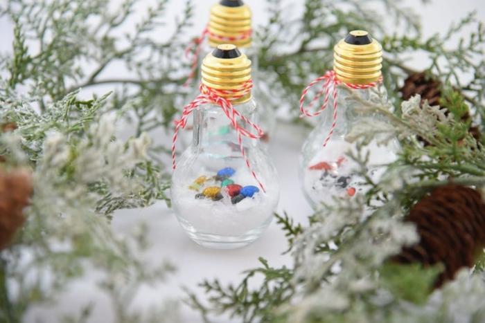 une déco noel à faire soi même utilisant des ampoules usagées transformées en boules à neige originales