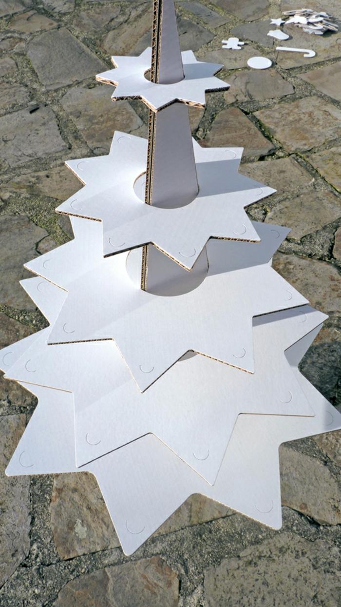 deco de noel fait main, sapin blanc en carton, modèle original avec des jouets en carton