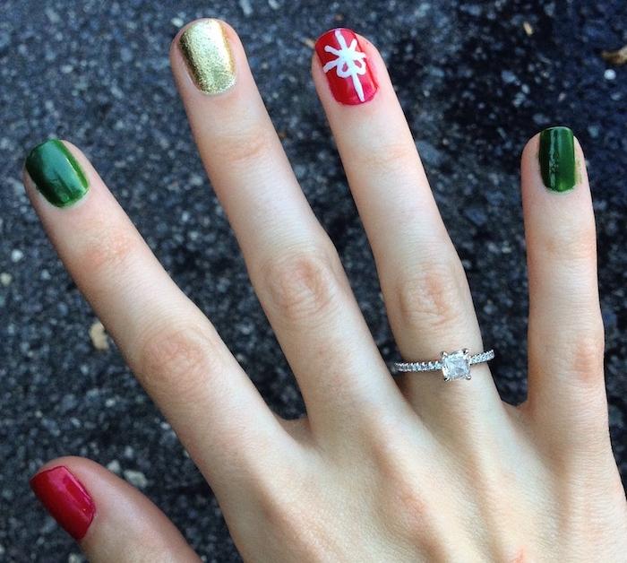 deco ongles noel, vernis vert, doré et rouge, un motif noeud e ruban blanc, bague de fiancailles