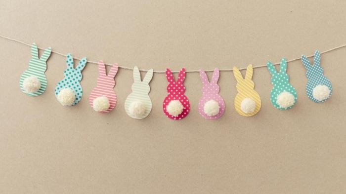 modèle de guirlande diy décorative pour Pâques avec lapins en papier et pompons blancs