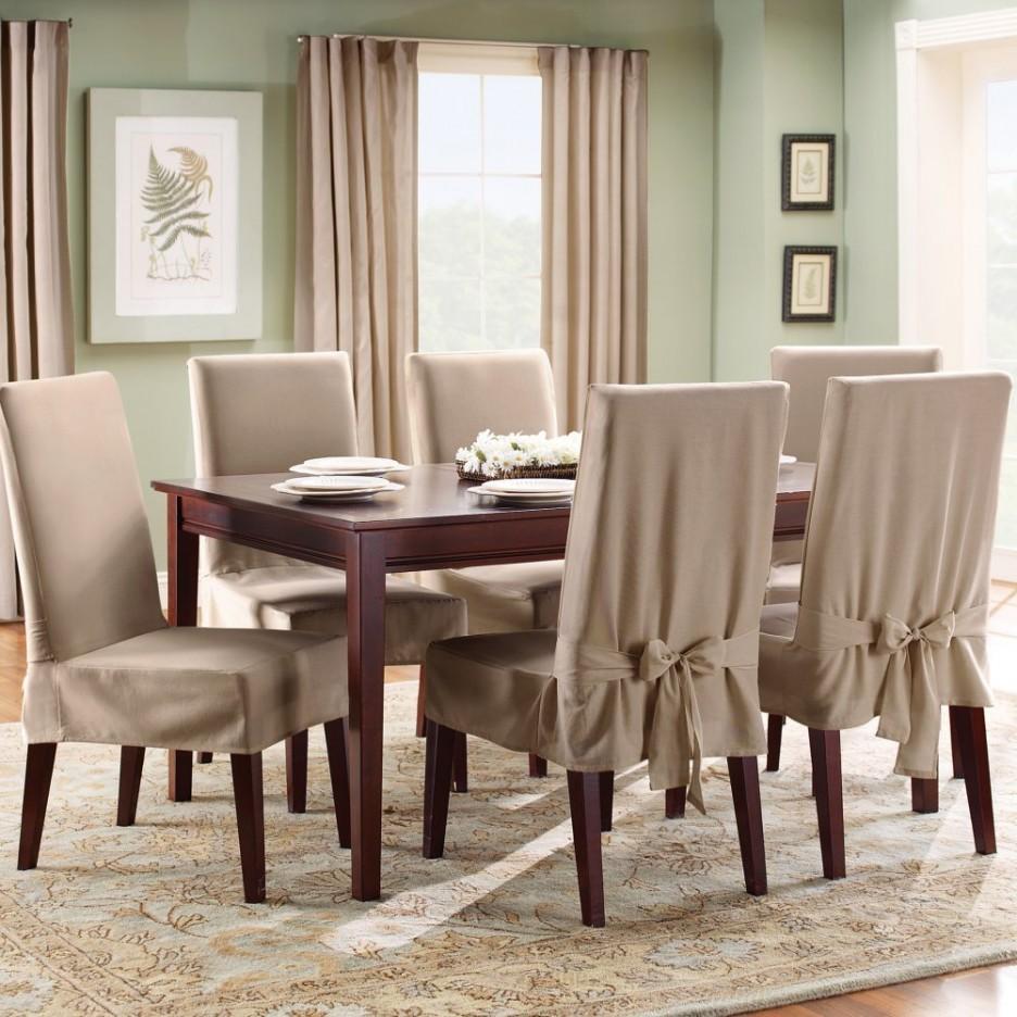 idee deco salle à manger couleur verte, table en bois massif et chaises en bois recouvertes de housses gris taupe