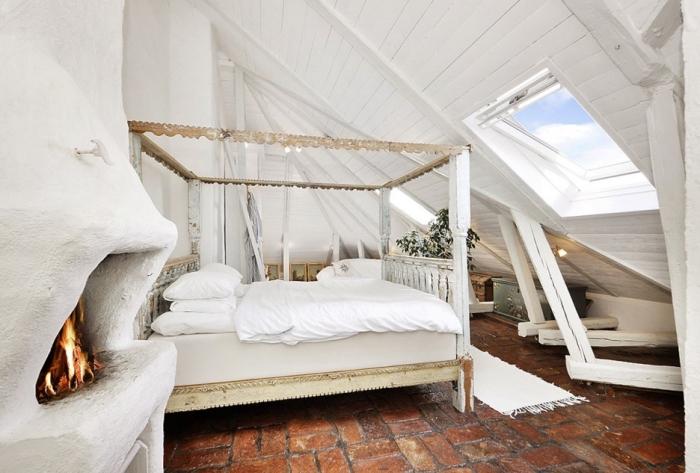 amenagement grenier, chambre à coucher au grenier avec cheminée blanche et cadre de lit en bois