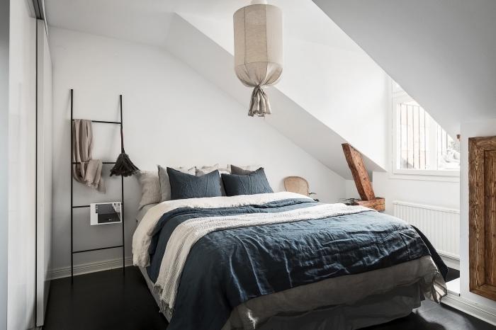 piece mansardée, décoration de chambre à coucher simple et moderne en style scandinave avec meubles en bois