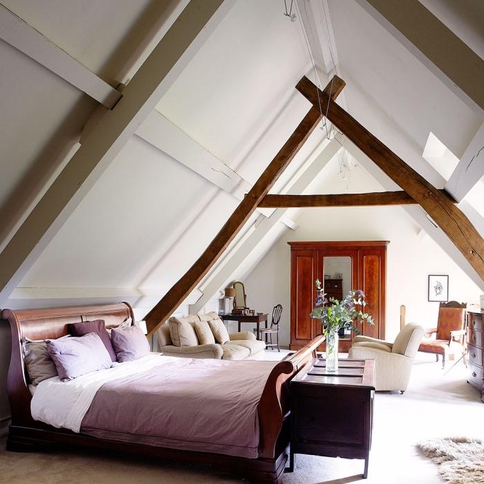 idee deco chambre mansardée, aménagement au grenier avec chambre à coucher et salon ouvert en murs blancs
