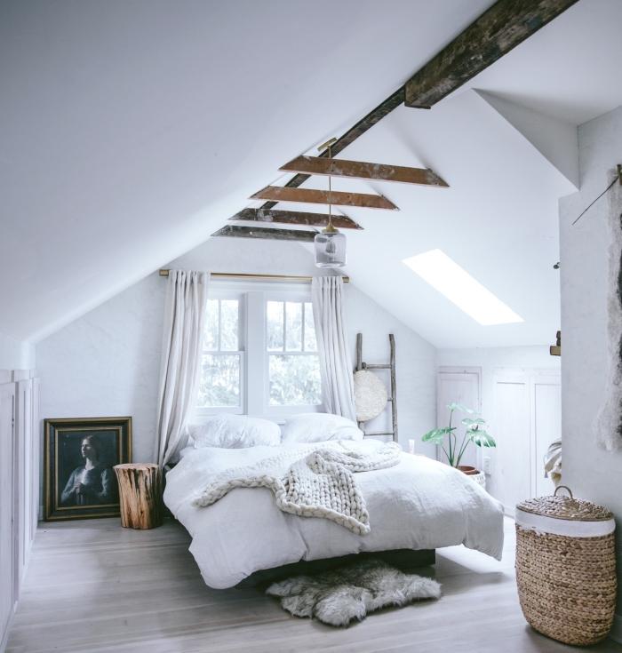chambre d ado fille, pièce aux murs blancs avec plafond décoré de poutres en bois et lampe suspendue en verre
