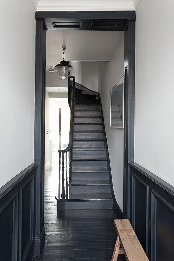 comment decorer un couloir en gris anthracite et blanc, escalier en gris anthracite, lampadaire en style industriel avec grande ampoule, banc en bois clair brut fait maison