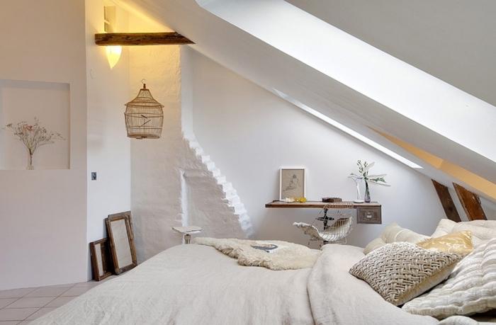 déco chambre sous pente, ambiance cozy dans la chambre à coucher au grenier avec objets décoratifs en bois