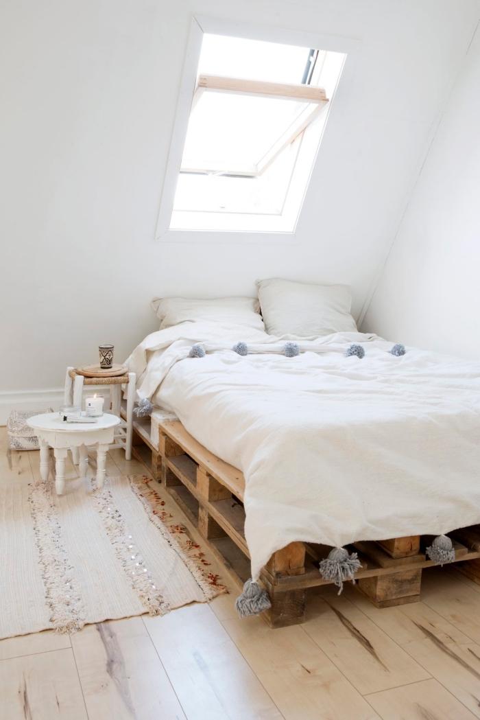 chambre a coucher, pièce aux murs blancs et parquet de bois stratifié clair avec petite fenêtre de plafond