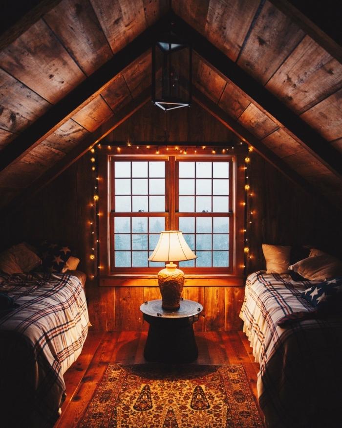 idee deco chambre mansardée, aménagement petite pièce à deux lits, déco de chambre à coucher avec guirlande lumineuse