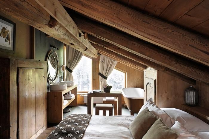 décoration chambre, chambre à coucher sous combles de style rustique avec meubles et plafond en bois massif