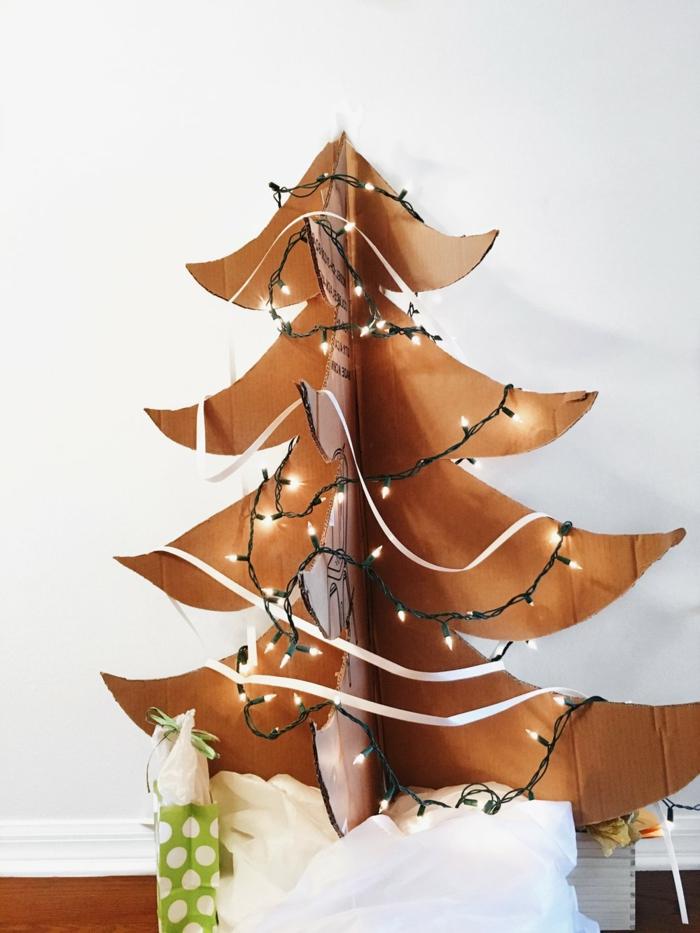 deco de noel fait main, sapin en carton décoré de guirlande lumineuse