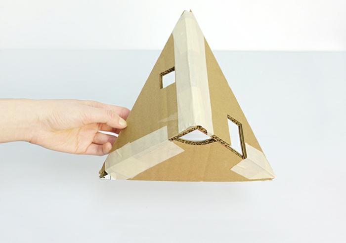 decoration de noel fait main, pyramide en carton, une pièce d'arbre de noel à bricoler