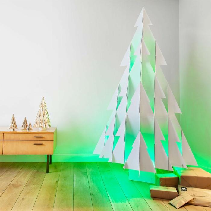 decoration de noel fait main, un sapin blanc illuminée avec une lueur douce