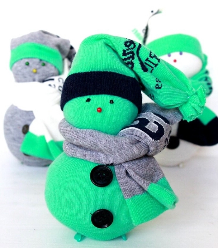 comment faire un bonhomme de neige, objet décoratif diy en chaussette vert avec écharpe grise