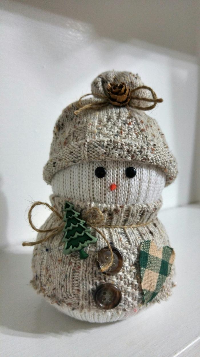 décoration de noel à fabriquer pour adultes, petite figurine en gris et beige avec boutons marron