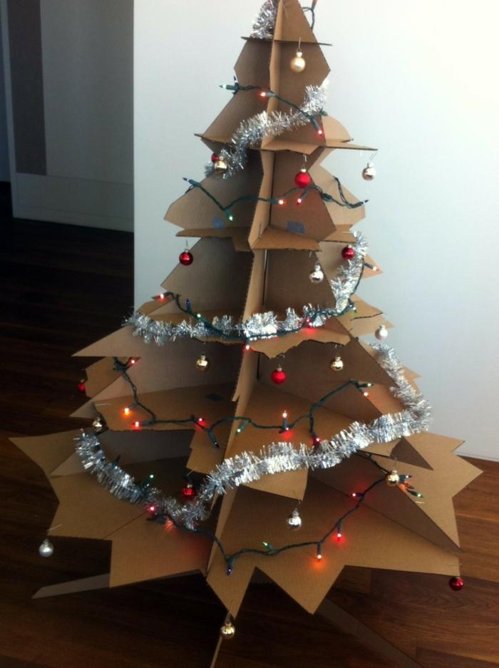 decoration de noel fait main, arbre de noel réalisé en carton avec guirlandes