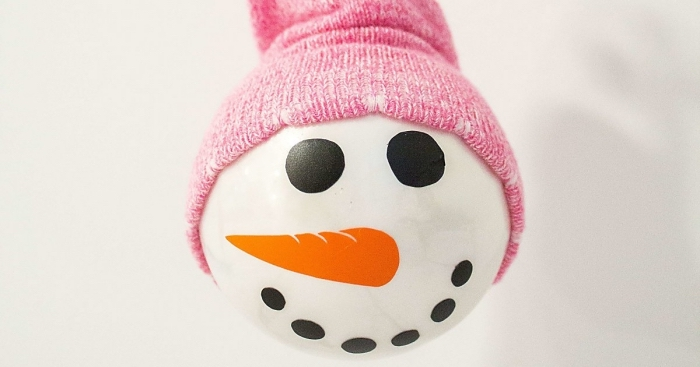 bonhomme de neige, projet diy facile pour enfant à faire avec une balle de tennis et une chaussure rose