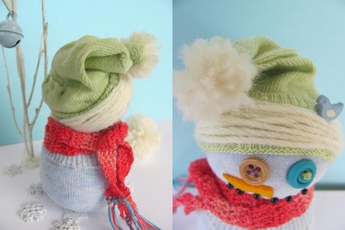 bonhomme de neige, petite figurine blanche habillée en gilet bleu et décorée avec bonnet vert et écharpe rouge
