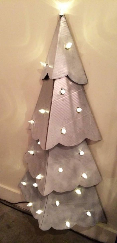 decoration de noel fait main, sapin de noel avec guirlande lumineuse fixé a mur