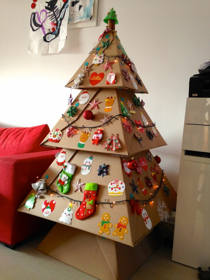 decoration de noel fait main, arbre de noel décoré de plusieurs jouets et de guirlandes