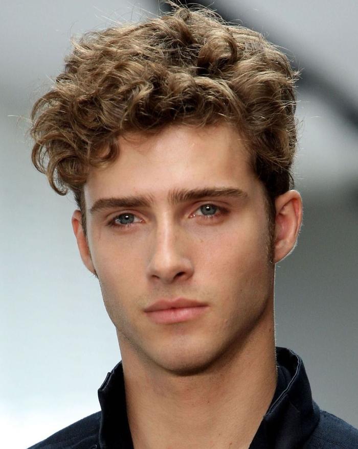 une coupe cheveux homme stylée pour maîtriser les cheveux frisées