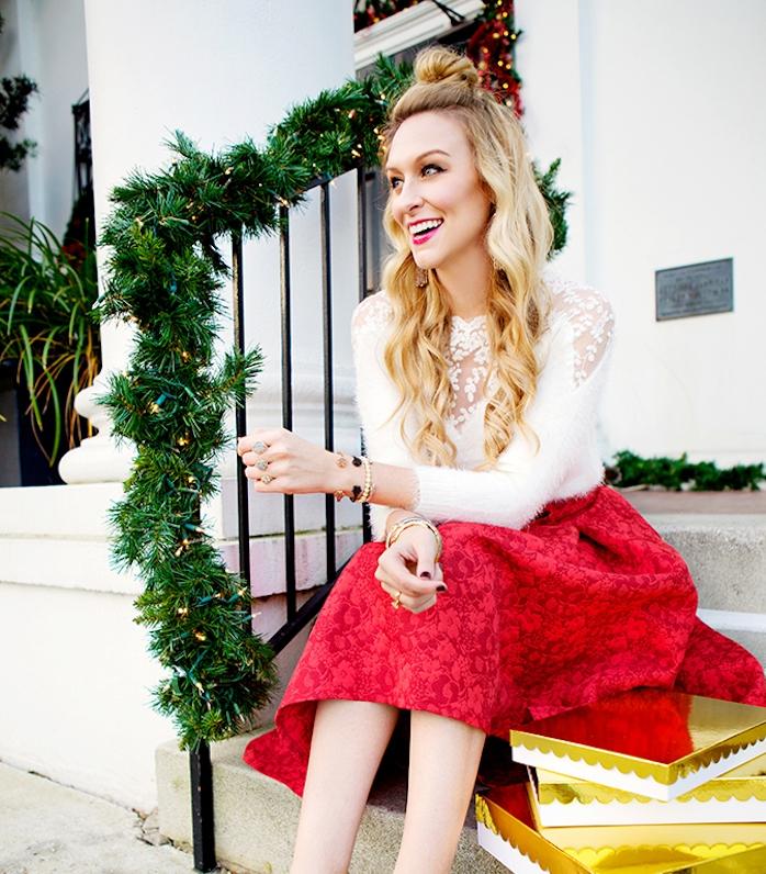coiffure noel simple de demi chignon haut et cheveux ondulés et lachés, jupe rouge et blouse blanche, look festif