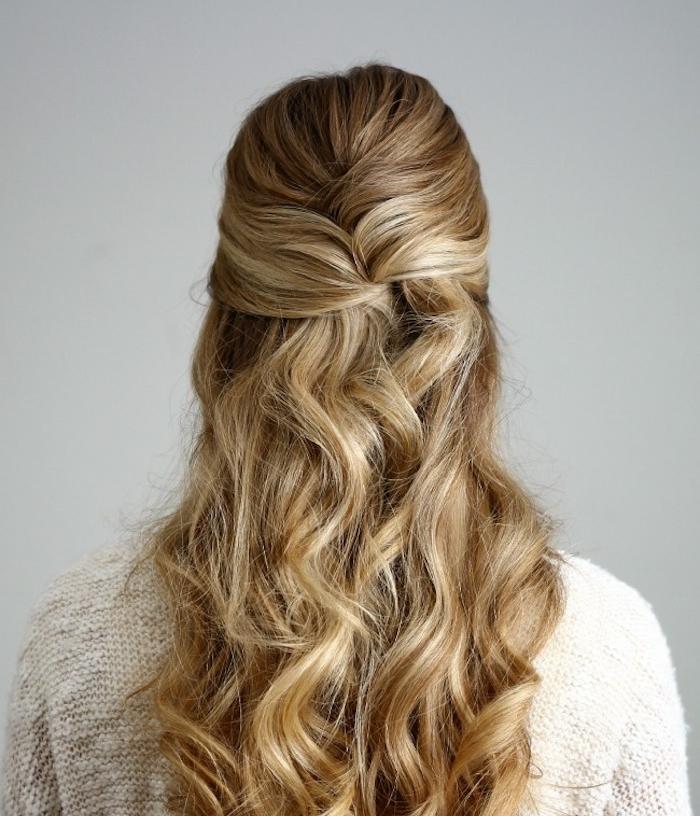 modèle de coiffure mèche de devant ramenées en arrière et entrecroisée et chevelure blonde ondulée, demi queue de cheval