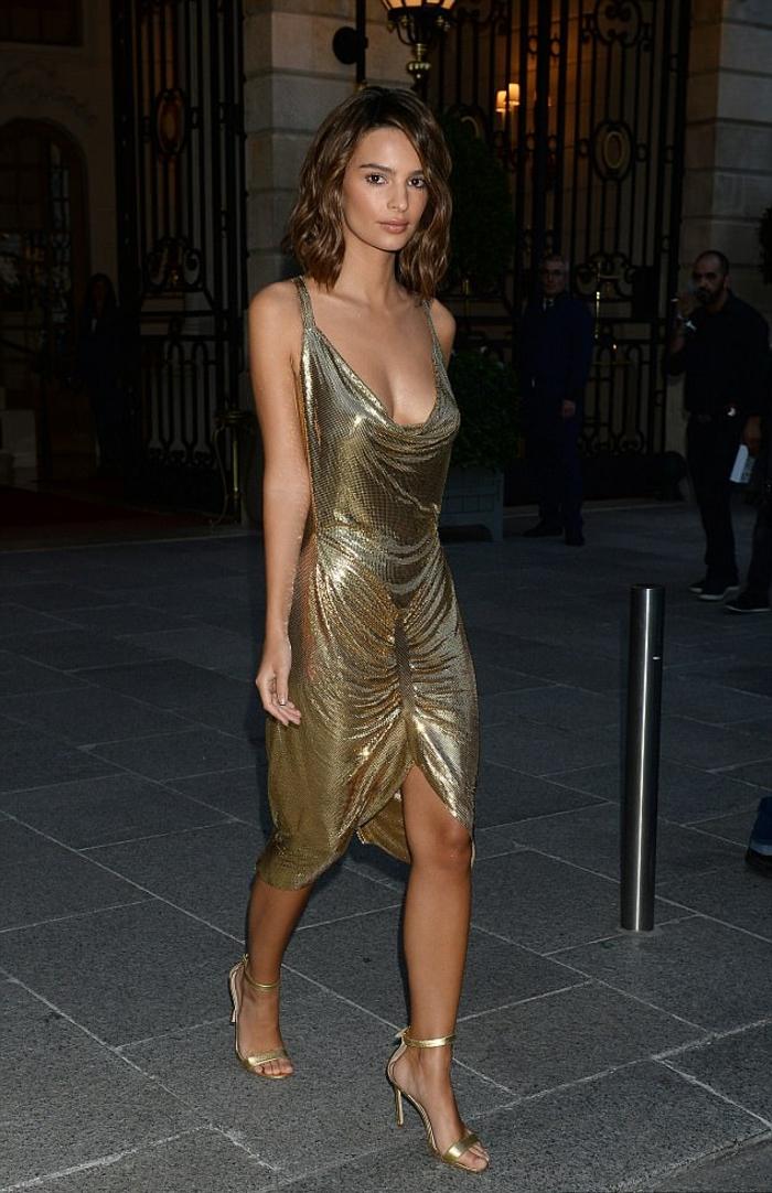 Élégante robe longue dorée robe noir et doré quelles chaussures