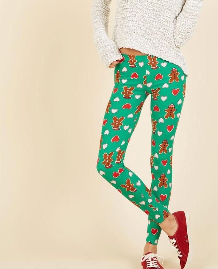 pantalons verts à motif bonhomme de pain d épices, pull blanc, chaussures de sport rouges, cadeau de noel pour femme