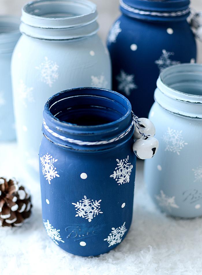 pots en verre décorés de peinture et motif flacon de neige, et clochettes, cadeau femme noel