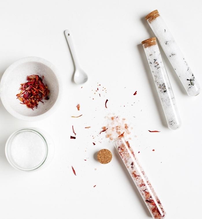 sels de bain dans une fiole, pétales de rose et huile essentielle rose, cadeau de noel pour maman