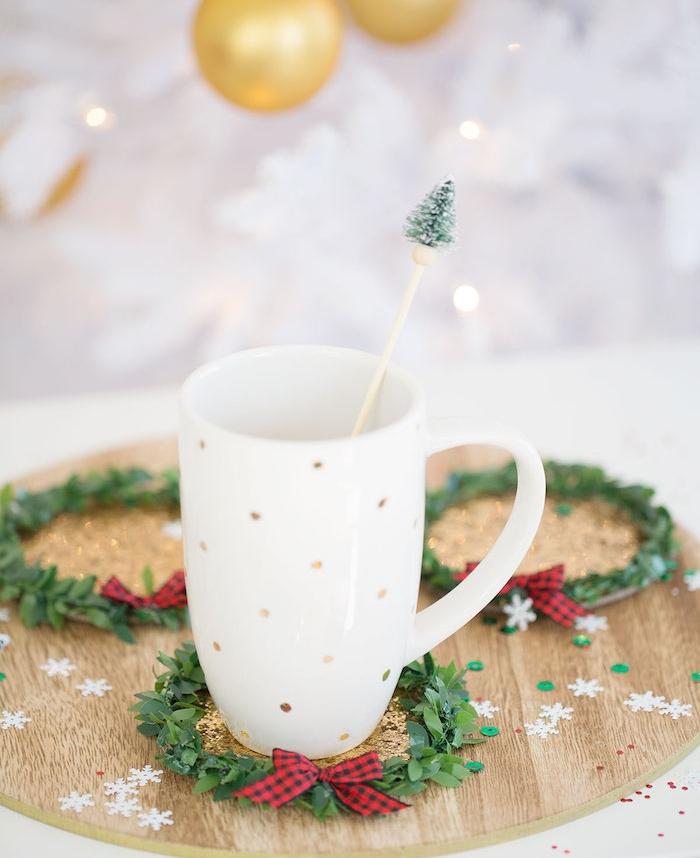 idée cadeau noel femme, sous verre en rond de liège, décoré de couronne verte et ruban en rouge et noir, arbre de noel blanc