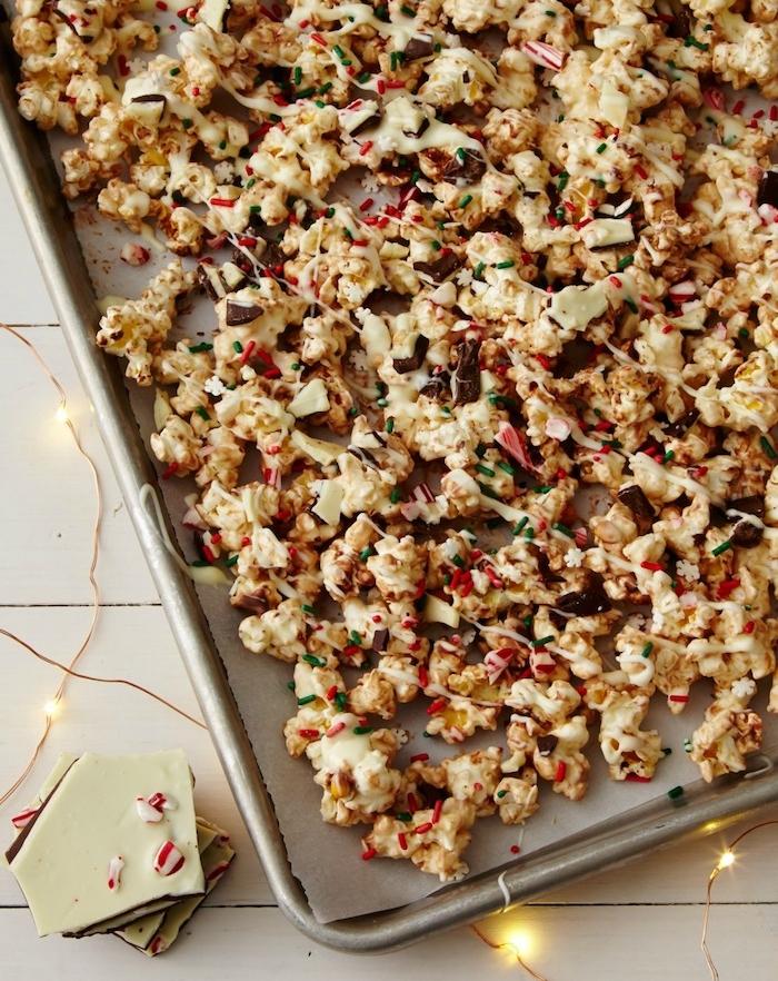 dessert de noel facile, popcorn au chocolat au lait, chocolat noir, vermicelles sucrés et bonbons à la menthe poivrée
