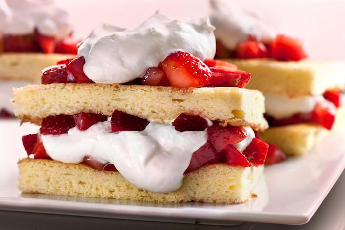 gateau de noel facile avec biscuit en génoise, fraises et crème blanche, idée de recette à réaliser soi meme