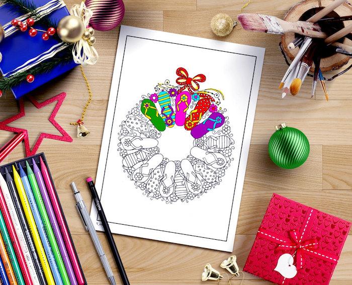 livre de coloriage adulte, une couronne de noel gord du commun, crayons en couleurs, idée cadeau noel femme