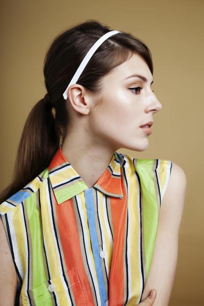 diadème blanche sur cheveux lisses, cheveux couleur chataine, blouse à rayures multicolores
