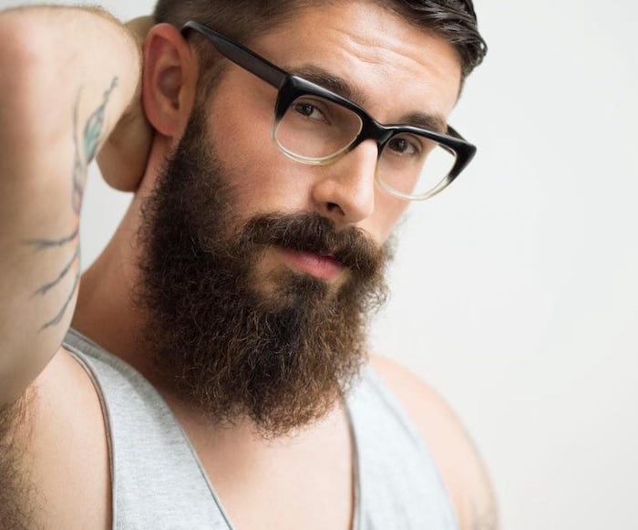 tailler une barbe homme lunettes tendance hipster