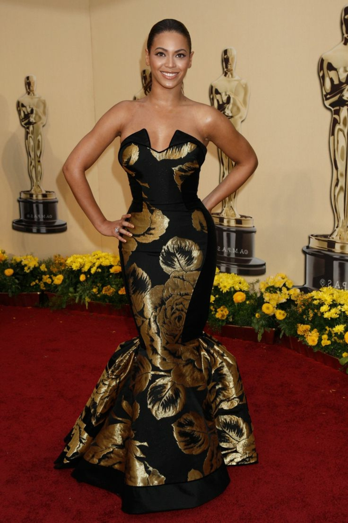 1c40acbe987 Beyonce jolie robe blanche et dorée cool idée comment s habiller mariage