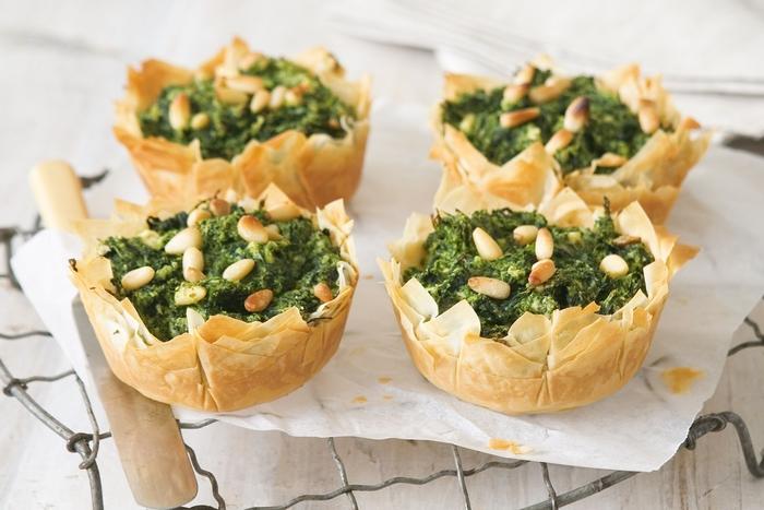des mini-tartes végétariennes aux épinards, au fromage feta et aux pignons pour un bon commencement du repas dinatoire en toute légèreté