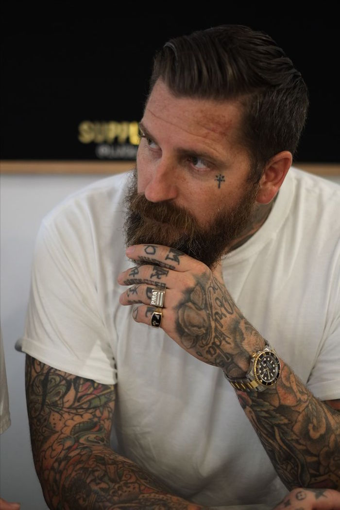 hipster homme avec barbe et coupe tendance tatouages